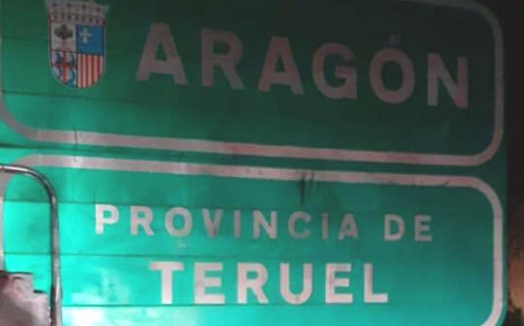 Cretas elimina las pintadas que aparecieron en el cartel de entrada a Aragón