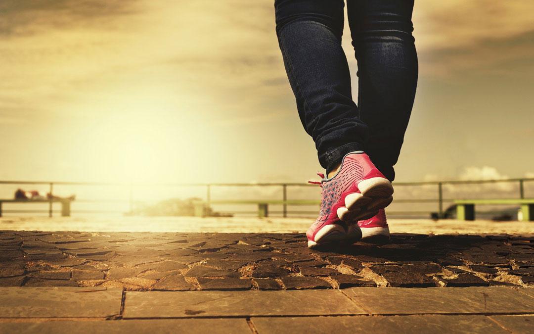 Caminar es una de las actividades saludables. / Banco imágenes