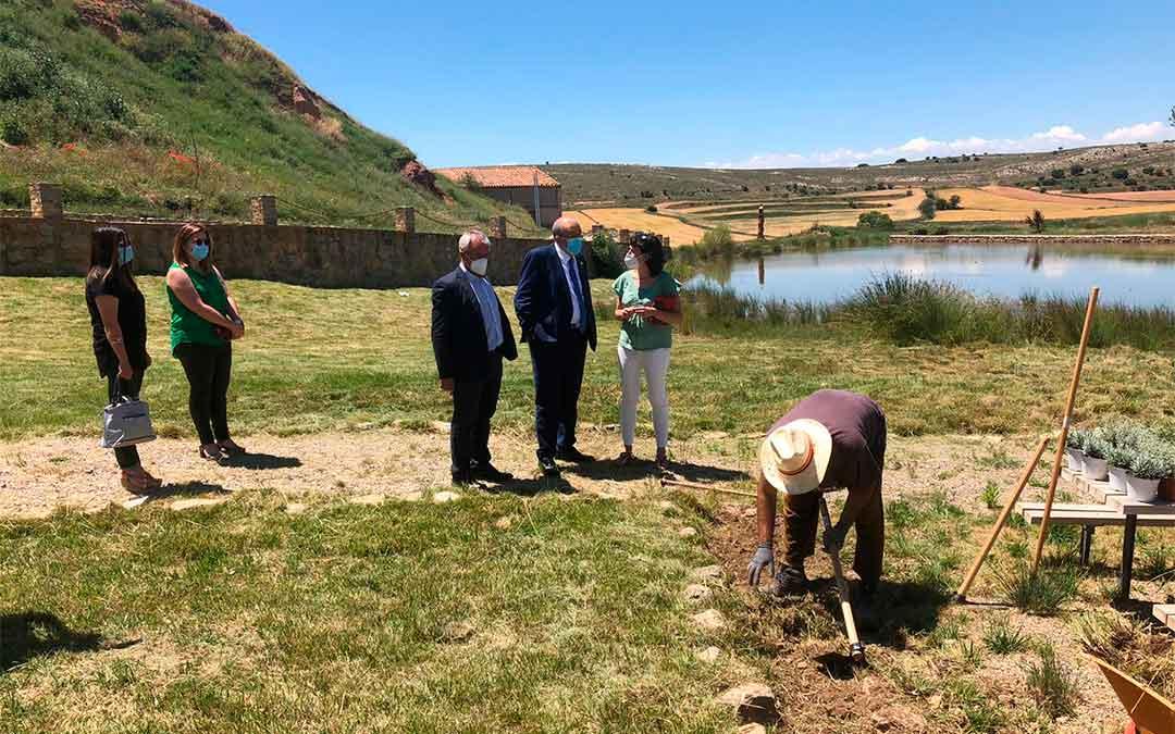 El presidente Manuel Rando en su reciente visita a Camañas con la alcaldesa, Sara Ros, y el presidente de la Comarca Comunidad de Teruel, Samuel Morón./ DPT