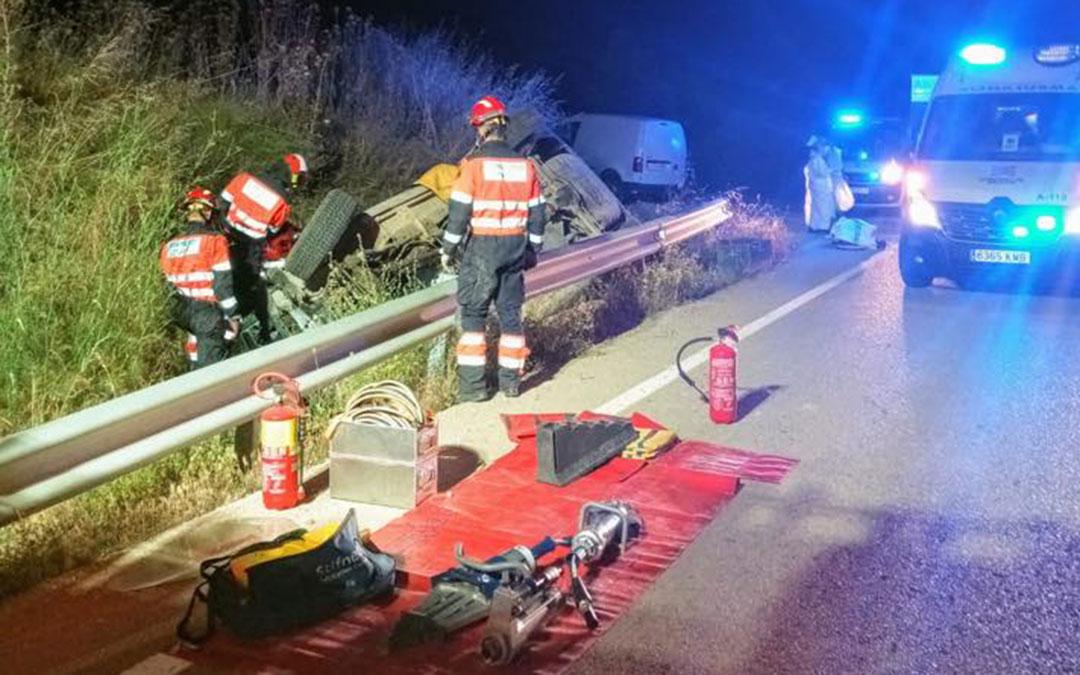 Bomberos de la DPT trabajando en el lugar del accidente. BOMBEROS TERUEL