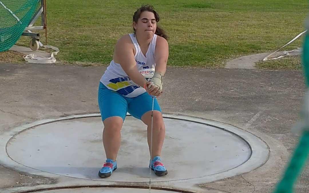 La alcañizana Elena Sanz realizando un lanzamiento de martillo