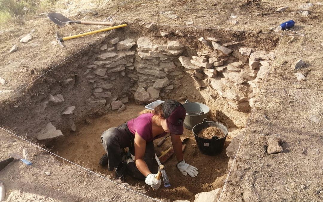 Una de las arqueólogas trabajando en las tareas de excavación en el yacimiento de Cabezo de San Pedro de Oliete./Jaime Vicente
