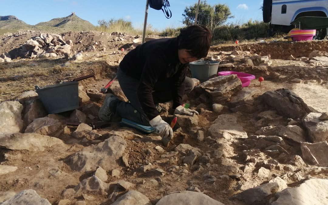 Una de las expertas arqueólogas realizando tareas de excavación./J. Vicente