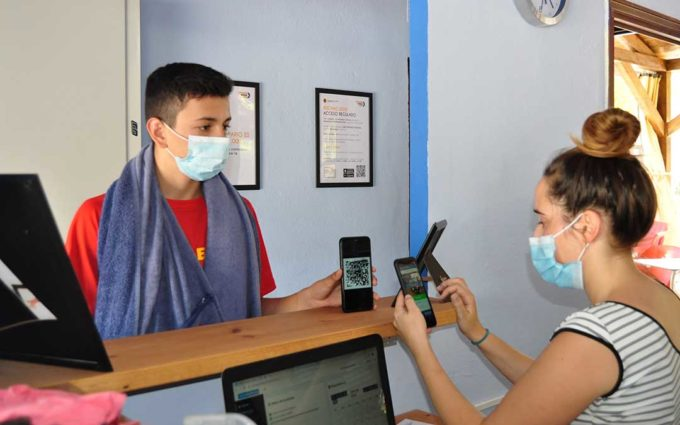 La Fresneda implanta una app móvil para medir el aforo en la piscina