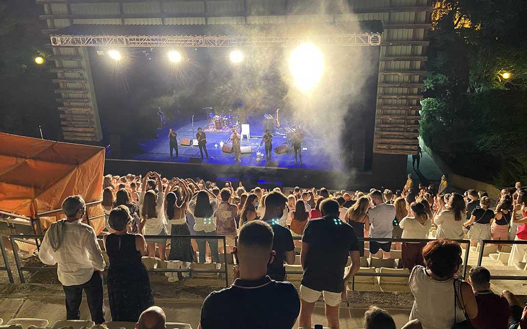 Guitarricadelafuente pone al público alcañizano en pie en un concierto condicionado por las medidas de seguridad