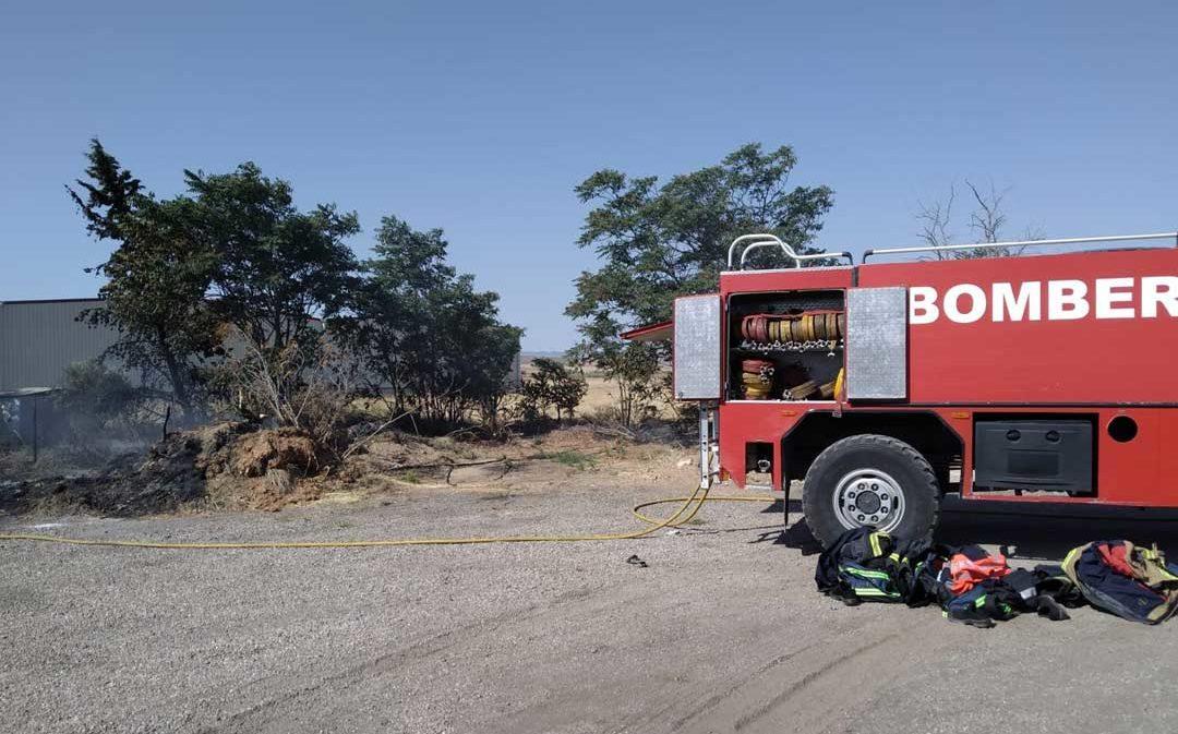 Los Bomberos sofocan un incendio junto a la N-232 en Azaila