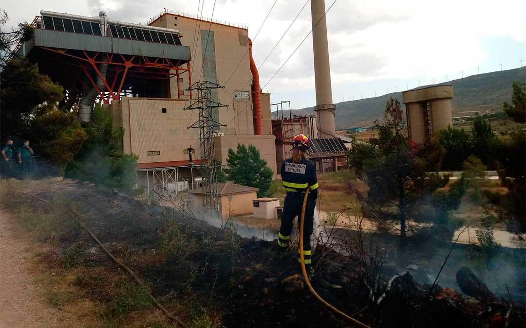 Los bomberos del parque de Montalbán sofocan el incendio de matorral entorno a la central de Escucha./Bomberos de la DPT