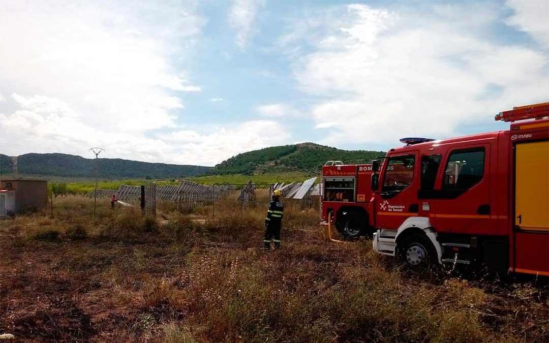 Los Bomberos de la DPT extinguen un incendio en un huerto solar./ Bomberos de la DPT