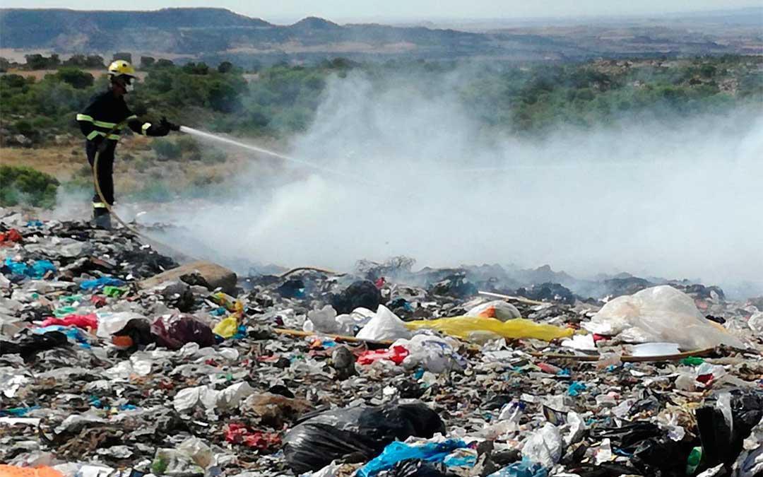 Los Bomberos de la DPT sofocan un incendio en el vertedero comarcal de Alcañiz./ Bomberos de la DPT