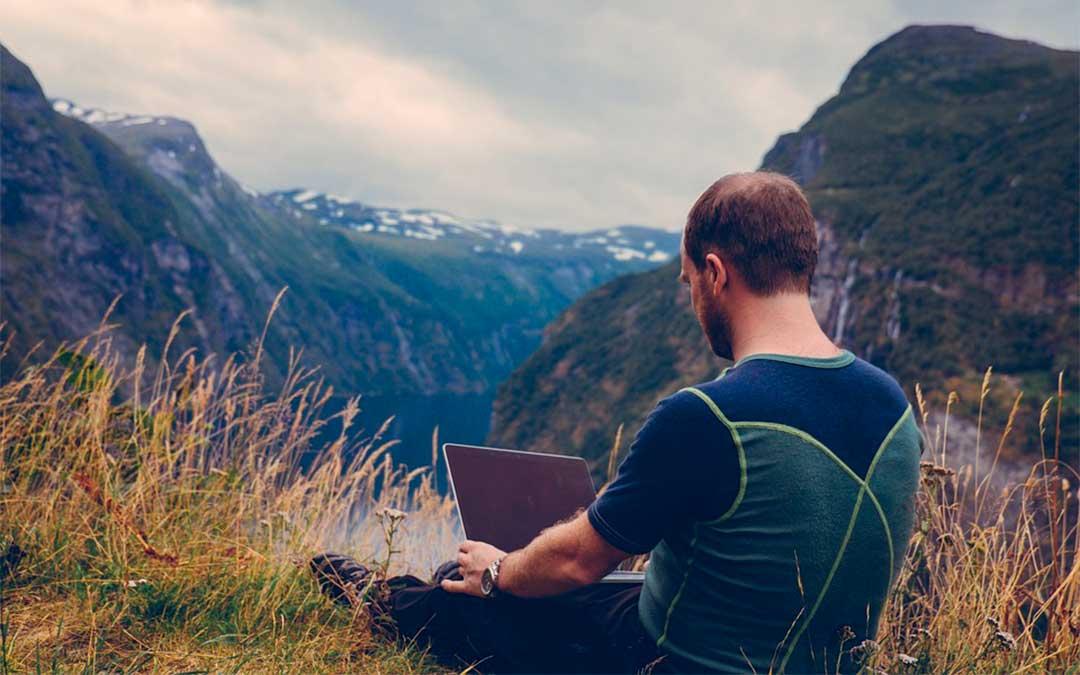 Un joven con su ordenador en la naturaleza./ L.C.