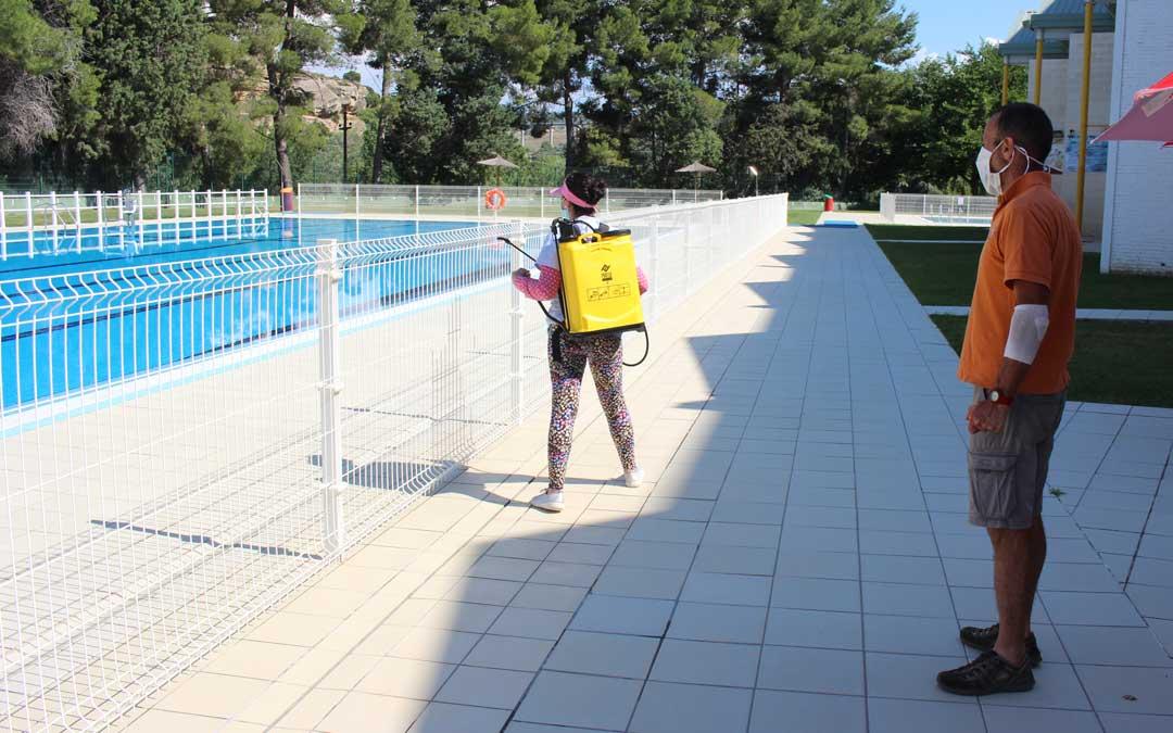 Se desinfectan las zonas comunes de la piscina de Alcañiz entre turno y turno. En la imagen, el coordinador del Servicio Municipal de Deportes, Carlos Herráez / L. Castel