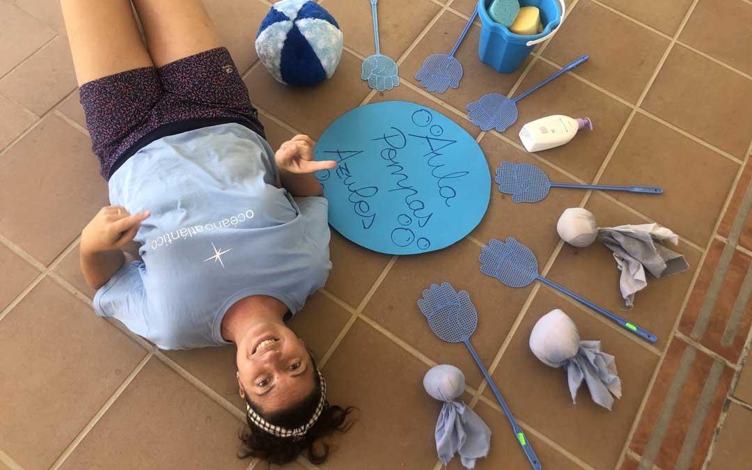 María Gascón, hace una semana, con las pelotas, los cubos de agua y los matamoscas que han introducido en los juegos / L. Castel