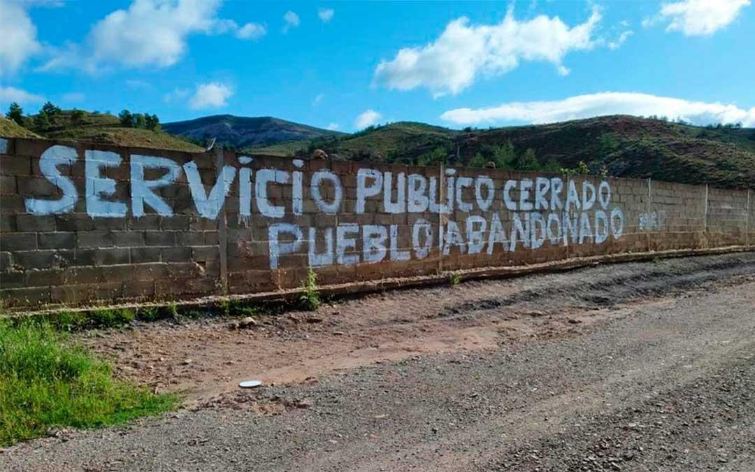 """Cuencas Mineras se llena de carteles y pancartas para denunciar la """"falta de respuestas"""" ante el cierre de la Seguridad Social en Montalbán"""