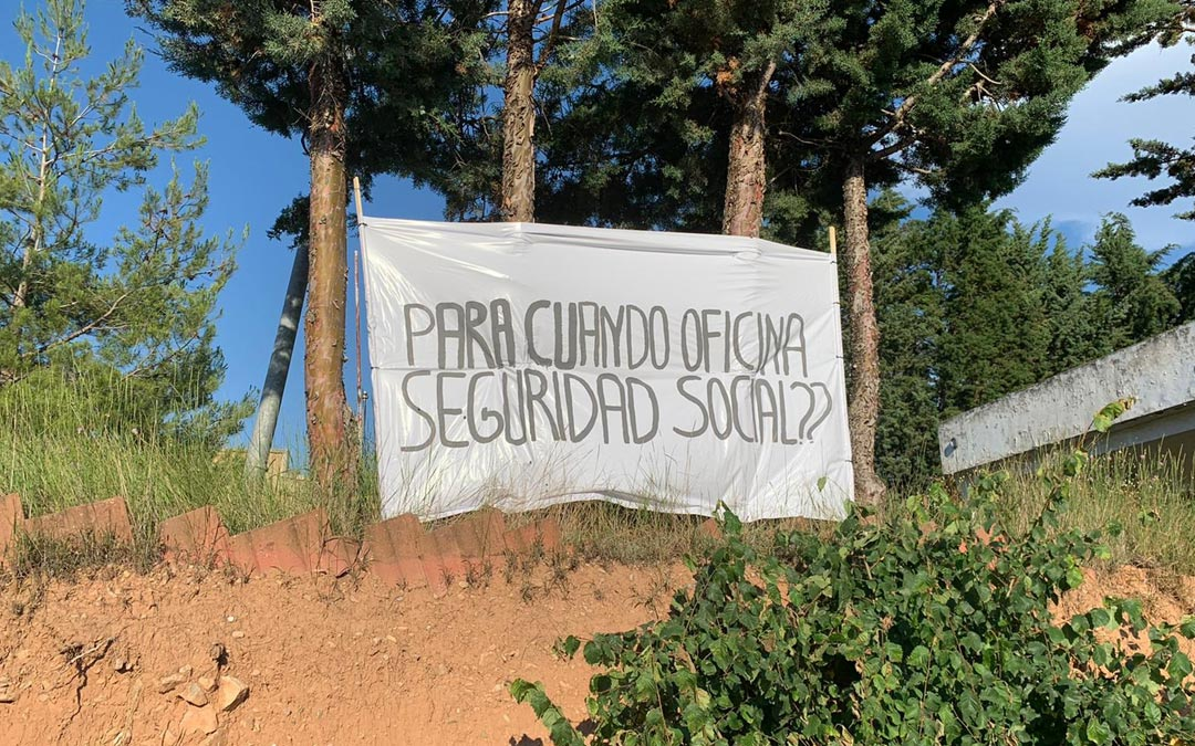 Mensaje reivindicativo contra el cierre de la Seguridad Social en Montalbán./LA COMARCA