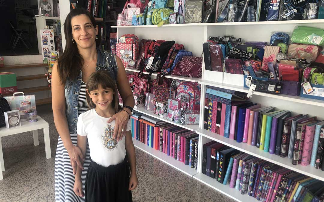 La presidenta, Montse Ibáñez, este jueves en su papelería Papel o Tijera junto a su sobrina / L. Castel