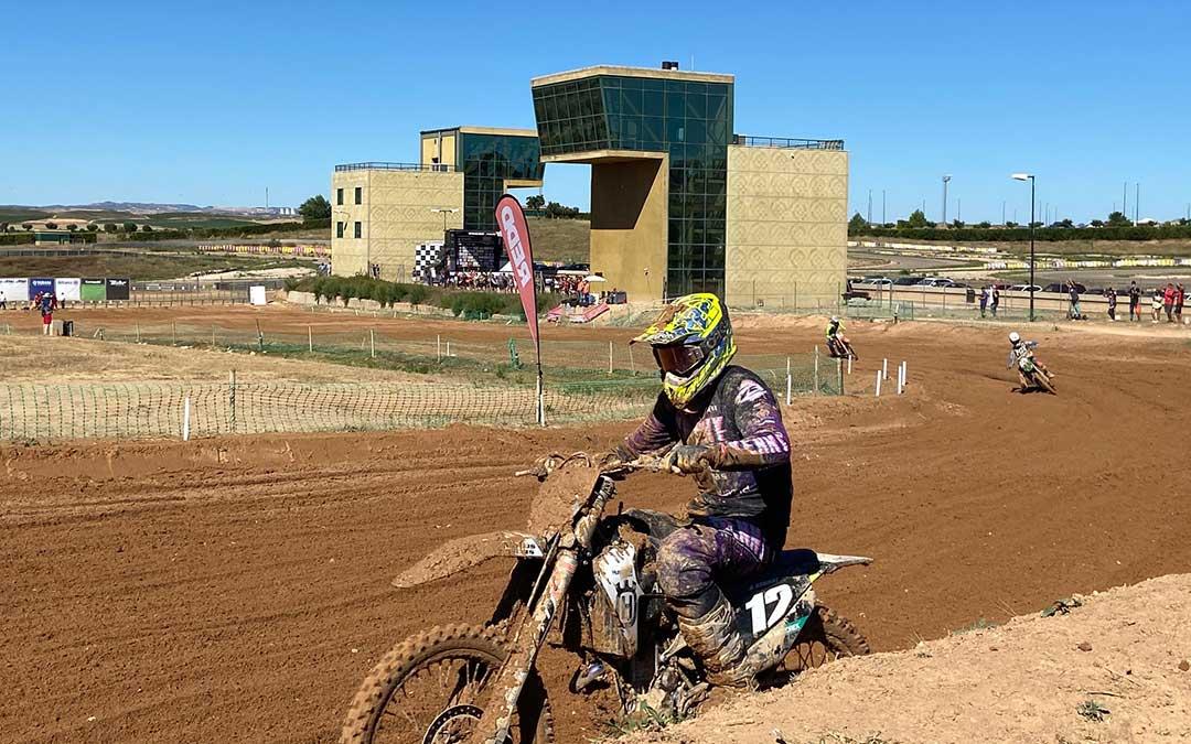 Varios pilotos rodando en el circuito de Motocross de Motorland Aragón este domingo./ Alicia Martín