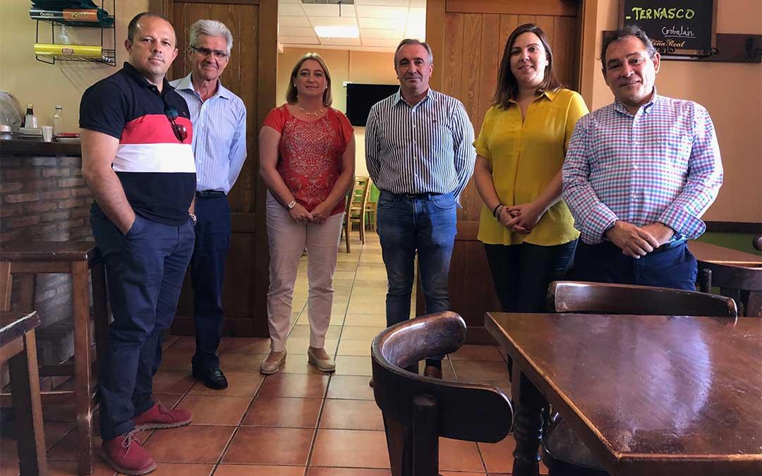 La diputada de Desarrollo Territorial María Ariño junto con diputados de la Diputación de Soria y representantes municipales en una visita al multiservicio de Corbalán./ DPT