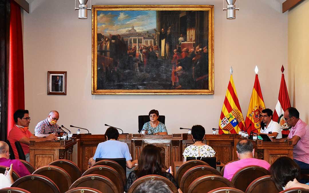 El pleno municipal se celebró este jueves al mediodía en el Ayuntamiento, con las pertinentes medidas de seguridad. / PILAR SARIÑENA