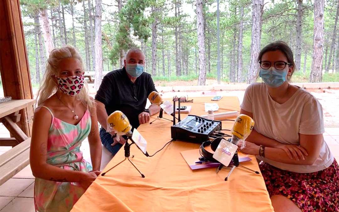 Invitados al programa especial de Radio La Comarca emitido desde el Camping de Martín del Río./ L.C.