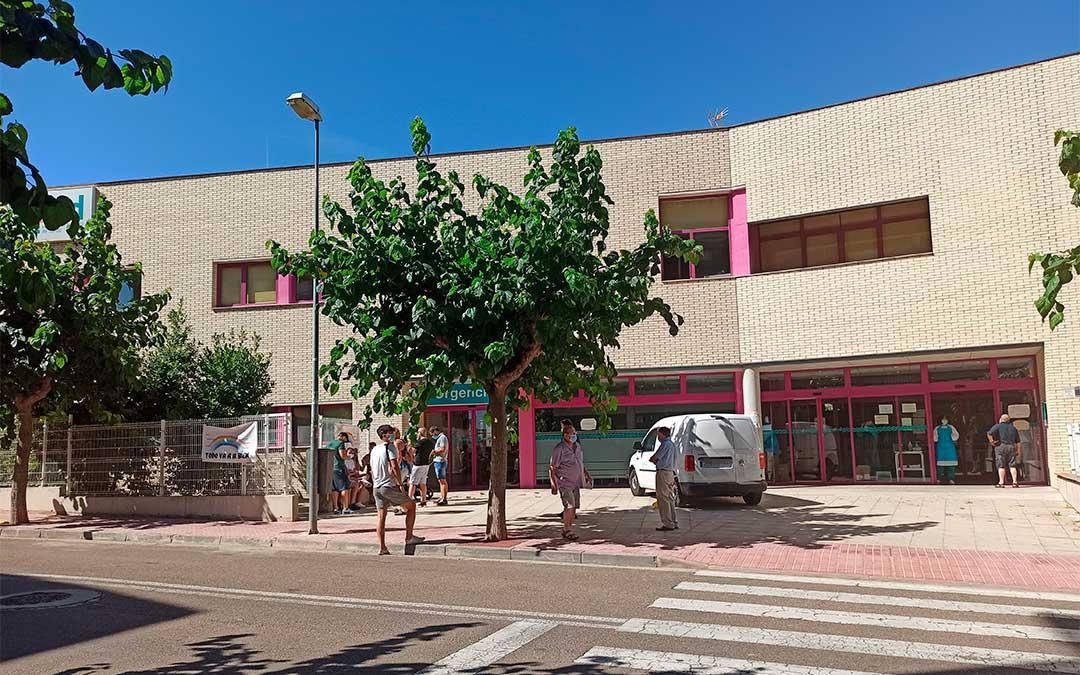 Varias personas esperan en el centro de salud de Alcañiz a ser llamadas para hacerse las pruebas PCR./ L.C.