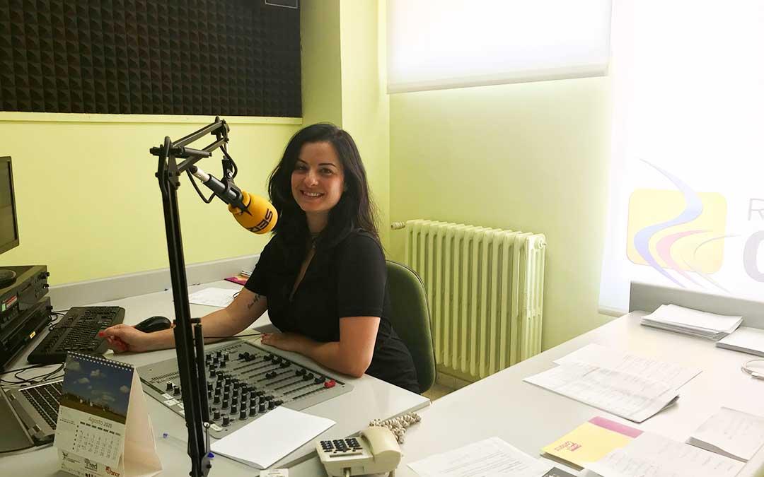 Laura Quílez presenta el programa diario en Radio Caspe.