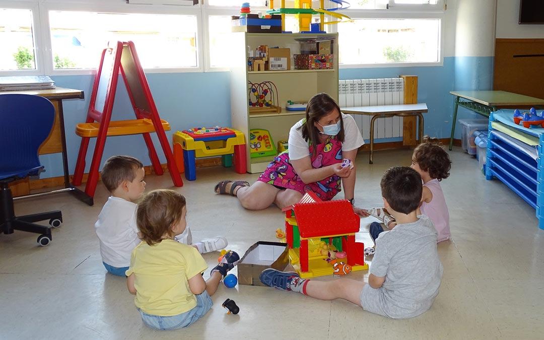 Un grupo reducido de niños durante una clase en la escuela infantil de Alcorisa./LA COMARCA