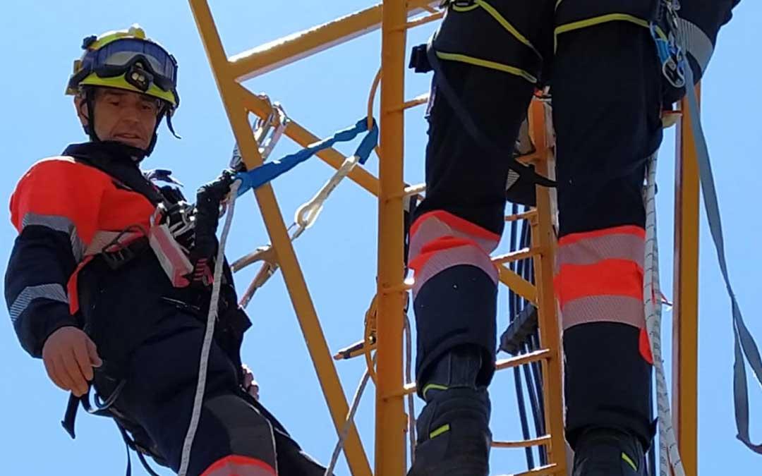 Bomberos de la Diputación de Teruel se forman para rescates en aerogeneradores y torres de vigilancia
