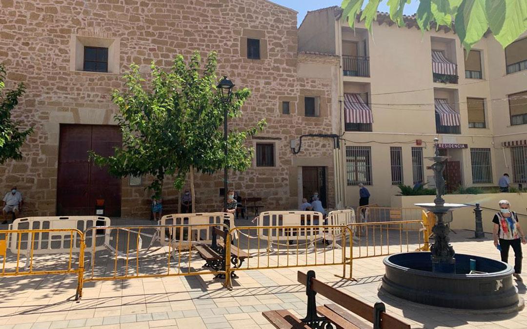 Doble vallado de la residencia de Albalate para que los mayores puedan estirar las piernas y tomar el sol con seguridad / I. Arnas