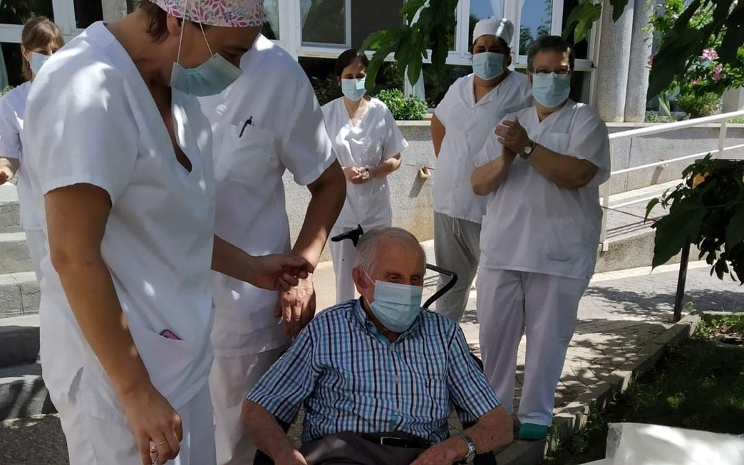 Antonio recibió la visita de su familia y el cariño del personal durante su cumpleaños en julio. / La Comarca