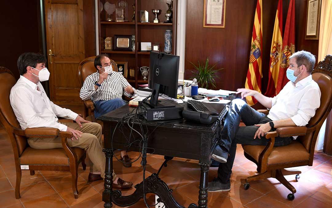 Reunión del alcalde de Alcañiz, Ignacio Urquizu, con los presidentes de la FADA, Anchel Echegoyen y de la FADA, Roberto Royo./ Ayto. de Alcañiz