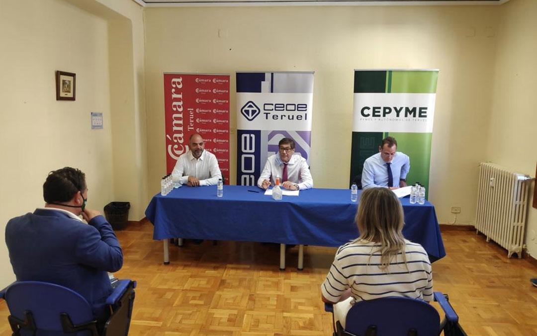 Arturo Aliaga (centro) reunido este lunes con los representantes empresariales en Teruel./LA COMARCA