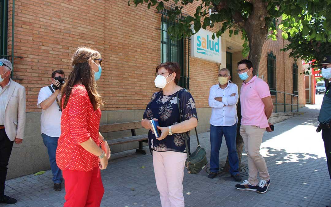 Imagen de archivo de la visita de Sira Repollés a Caspe el pasado 24 de junio, junto a Pilar Mustieles./ Laura Castel