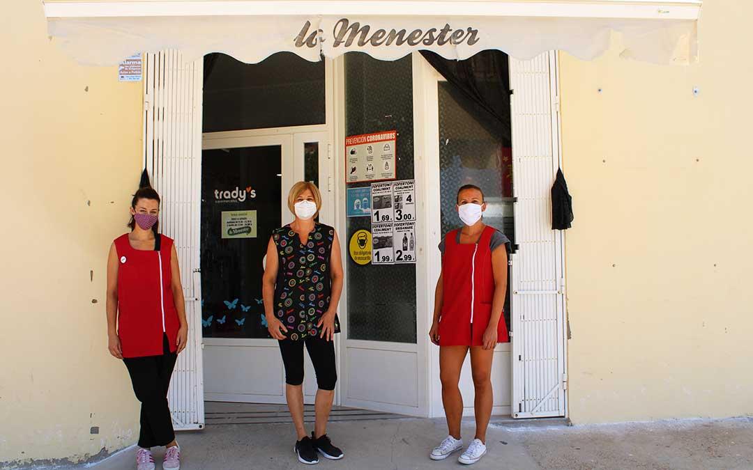 Mayte Vicente, Almudena Oliver y Déborah Piqué, trabajadoras de la tienda de alimentación 'Lo menester' de Chiprana.
