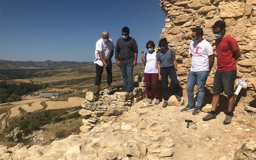 El diputado de Cultura Diego Piñeiro junto al director del Museo de Teruel, Jaime Vicente, ante uno de los túmulos funerarios excavados en esta campaña./ DPT