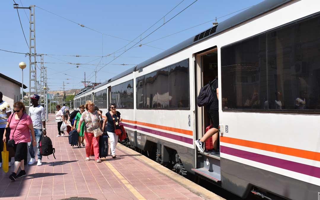 Foto de archivo de viajeros en la estación de tren de Caspe