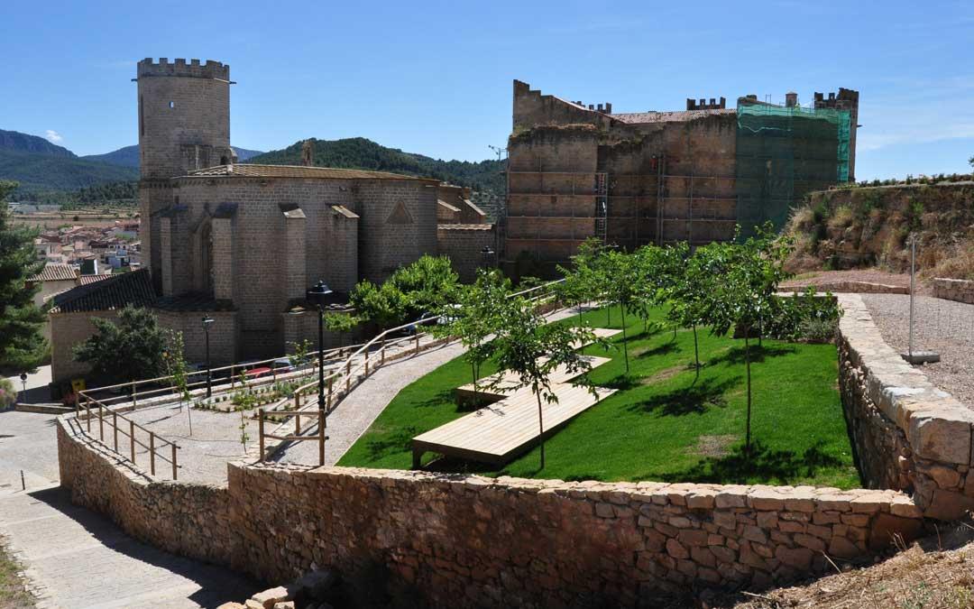 El entorno de la iglesia y el castillo luce ahora ajardinado. Por su parte continúan las obras de restauración del momumento.