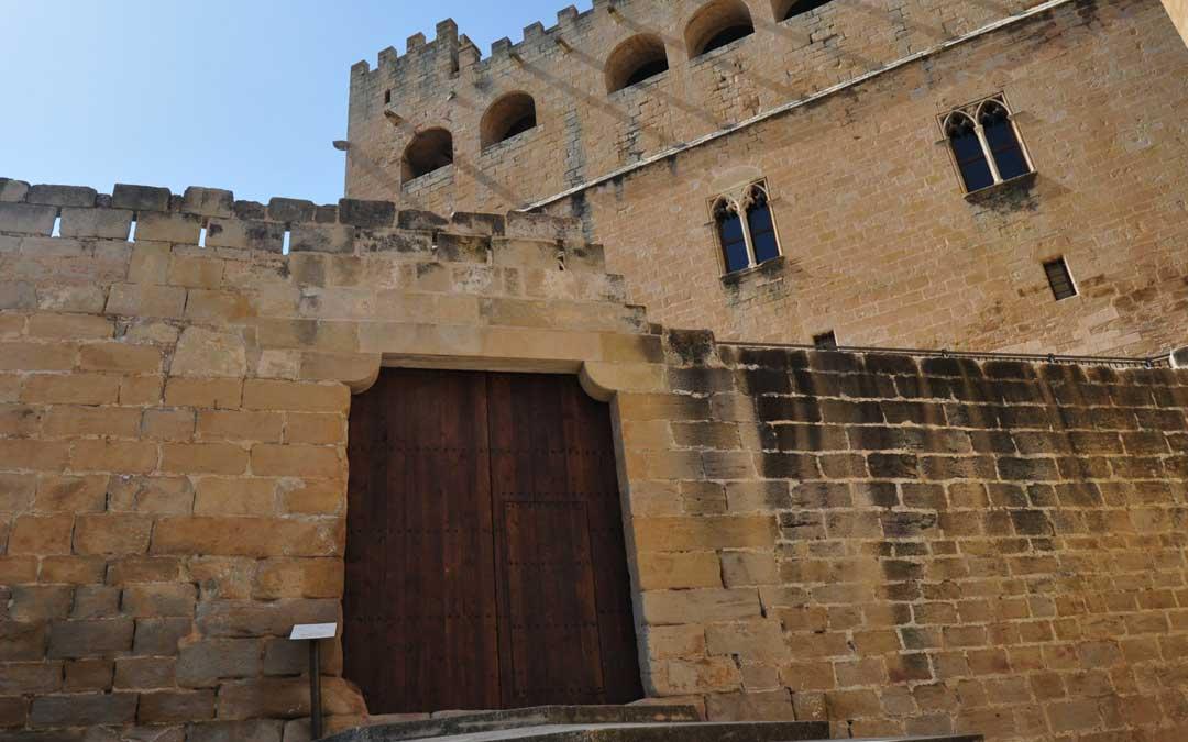 Puerta de reciente colocación en el castillo de Valderrobres.
