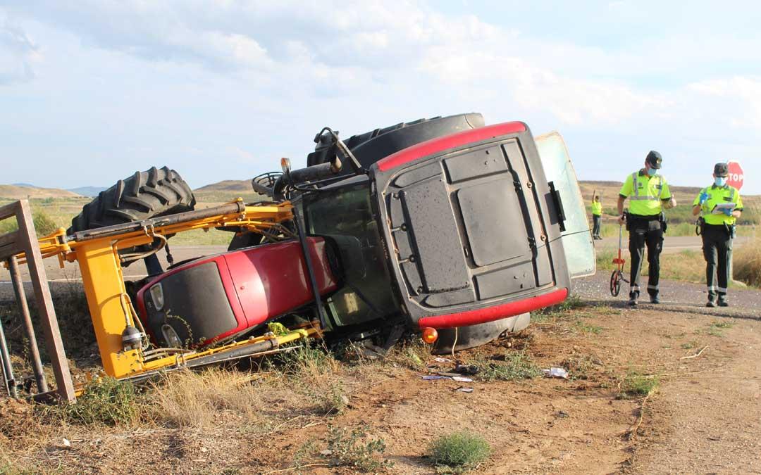 El tractor, volcado a un lado de la carretera / A. Gracia