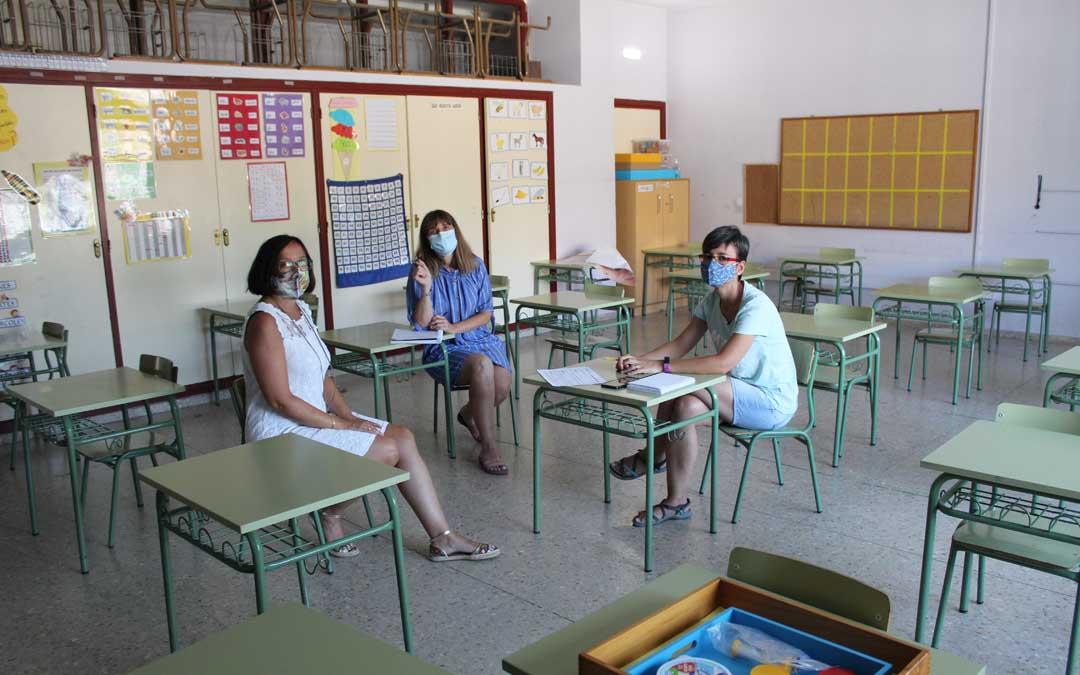 Eva Vargas, Merche González y Esther Sánchez, de la directiva del CEIP Emilio Díaz, preparando el inicio de curso adaptado a la normativa. / B. Severino