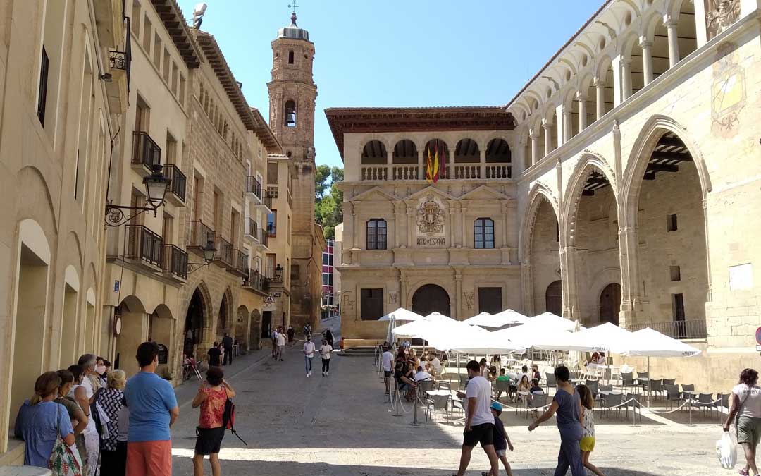 Un momento en la plaza de España de Alcañiz durante este puente de la Virgen y San Roque.