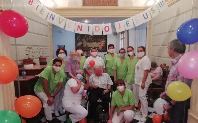 Cariñoso recibimiento en la residencia de Alcorisa a un anciano que tuvo coronavirus