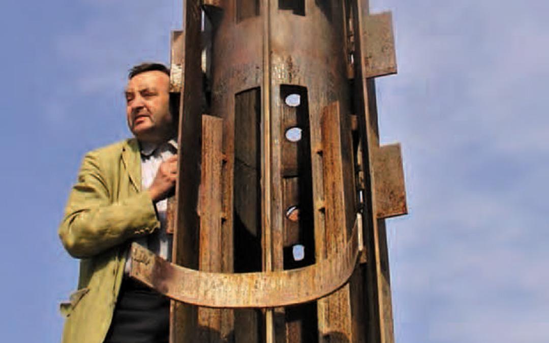 Ángel Orensanz junto a la escultura que colocó Calanda para homenajear a Buñuel./ Libro 'Ángel Orensanz: un artista global en la Esfera Pública', editado en 2008.