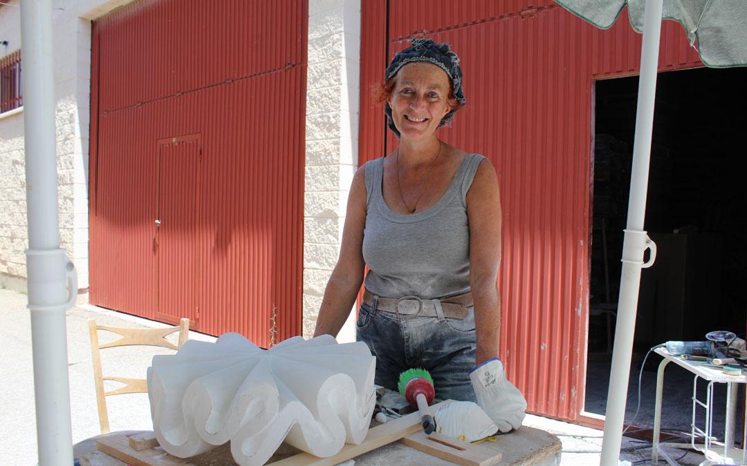 Anja Roemer, en el CIDA dando forma a otra de sus obras en alabastro para su proyecto sobre el agua. / B. Severino
