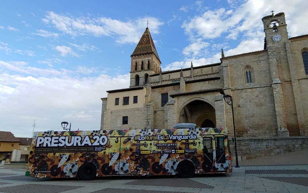 El autobús de la Gira Presura 20 recorre numerosos municipios de la España Vaciada./A. Alfonso