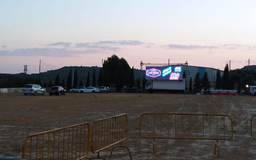 Se prepararon 80 plazas de aparcamiento en el campo de fútbol de Nonaspe./Sadoc Gallardo