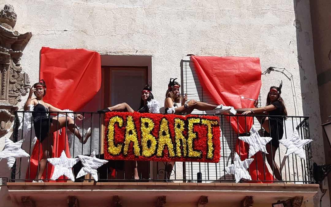 Tercer premio de las balcocarrozas: Cabaret./Segundo premio de las balcocarrozas: Parchís./Comisión de fiestas de Mas de las Matas