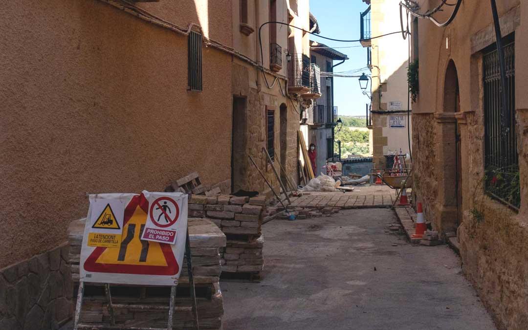 Una de las calles de Belmonte de San José en obras para colocar el nuevo pavimento. / Miguel Francino