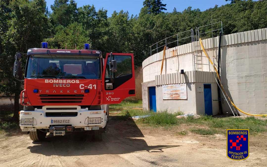 Los bomberos del parque de Alcañiz suministran agua de boca a Villafranca del Cid./ Bomberos de la DPT