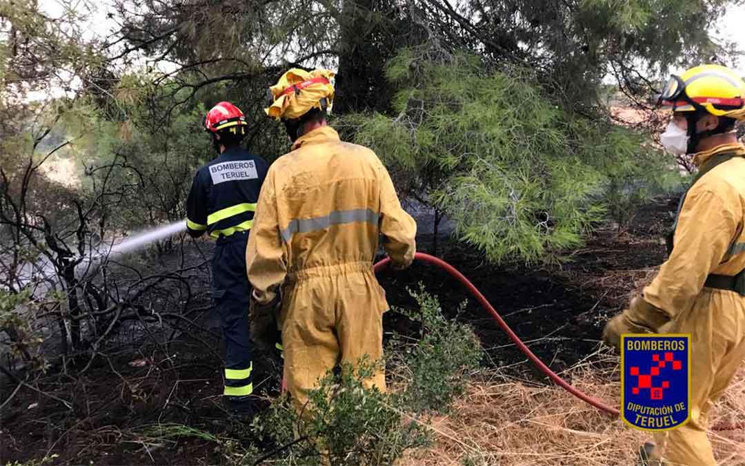 Los bomberos del parque de Alcañiz extinguen un incendio en la A-1409, entre La Codoñera y Castelserás./ Bomberos de la DPT
