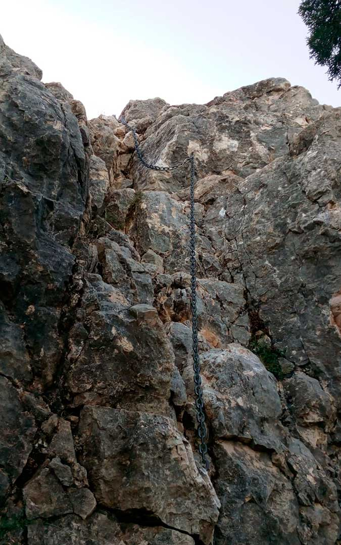 Cadena para el ascenso/ descenso de 15 metros a La Caixa./ L.C.